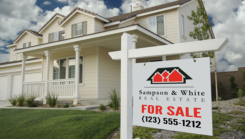 Blank Real Estate Sign & New Home with room for your own text. | Photo: Bigstock
