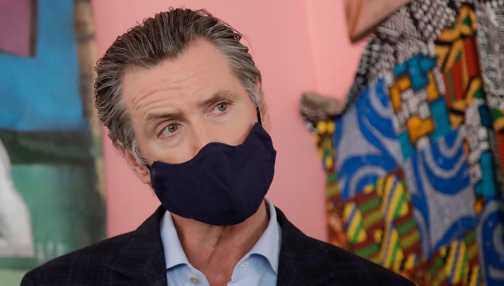 California Governor Gavin Newsom wears a protective mask on his face while speaking to reporters at Miss Ollie's restaurant amid the coronavirus pandemic in Oakland, California, USA, 09 June 2020. Jeff Chiu / Associated Press
