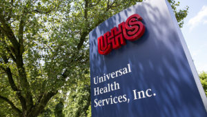 A logo sign outside the headquarters of Universal Health Services, Inc., in King of Prussia, Pennsylvania. | Photo: Alamy