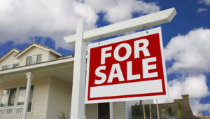 Home For Sale Sign in Front of New House. | Photo Feverpitch / Depositphotos