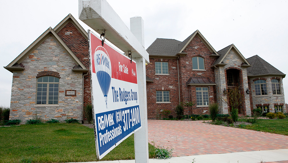 A high priced home sits for sale near St. Charles, Illinois September 24, 2009. REUTERS/John Gress (UNITED STATES BUSINESS)