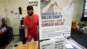 Una enfermera del Departamento de Salud y Servicios Humanos del condado Dallas completa papeleo tras aplicar vacunas de Pfizer contra el COVID-19 en un centro de inoculación en Dallas, Texas, el jueves 26 de agosto de 2021. (AP Foto/LM Otero)