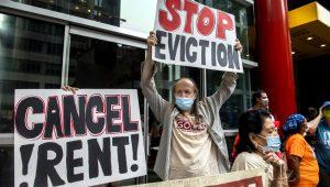 """En esta fotografía de archivo del 4 de agosto de 2021, activistas protestan contra el fin de la moratoria a los desalojos en Nueva York. Las pancartas dicen """"cancelen las rentas"""" y """"paren los desahucios"""". (AP Foto/Brittainy Newman, Archivo)"""