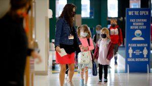 Niños llegan a su escuela en la Primaria Elemental Lee en Massachusetts, el 16 de septiembre de 2020. (Stephanie Zollshan/The Berkshire Eagle via AP, File)