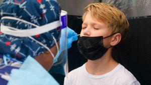 Jonathan Pagliarulo, de 11 años, se somete a una prueba de coronavirus, el lunes 9 de agosto de 2021, en North Miami, Florida. (AP Foto/Marta Lavandier)
