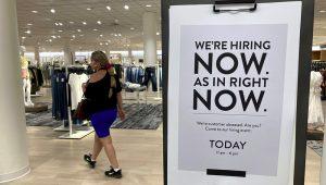 Un letrero de que se busca empleados, en una tienda Nordstrom en Coral Gables, Florida.(ASSOCIATED PRESS)
