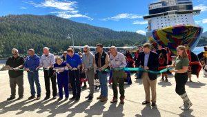 Harry Sommer (5i), presidente de Norwegian Cruise Line (NCL, en inglés), posa con autoridades locales y líderes indígenas, en el nuevo muelle de la empresa este 12 de agosto de 2021, en Ketchikan, Alaska (EE.UU.). EFE/ Ivonne Malaver