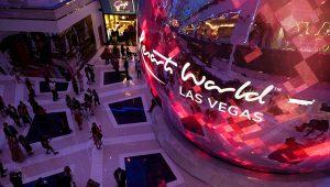 El nuevo hotel y casino Resorts World de Las Vegas abrió en junio de 2021, durante un verano que ha visto crecer el lucro de las apuestas en Nevada (AFP/BRIDGET BENNETT)