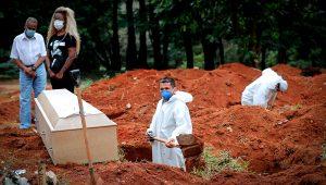 Un trabajador entierra a una víctima de covid-19, mientras familiares se lamentan en el Cementerio Vila Formosa, en Sao Paulo (Brasil). EFE/Fernando Bizerra Jr/Archivo
