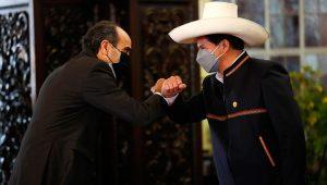 El presidente de la República, Pedro Castillo, acompañado por el ministro de Relaciones Exteriores, Héctor Béjar; recibe el saludo protocolar del Cuerpo Diplomático acreditado en el Perú. | Presidencia del Perú (Flickr)