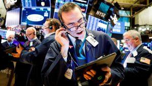 Corredores de bolsa trabajan en la Bolsa de Nueva York (EE.UU.). EFE/Justin Lane/Archivo