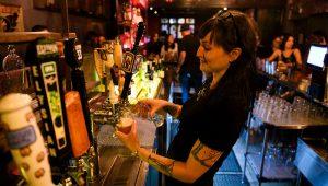 Clientes de los bares en Los Ángeles deberán presentar prueba de su vacunación contra covid-19 a partir de octubre. | Patrick T. FALLON AFP/Archivos