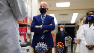 En esta foto de archivo del 11 de febrero de 2021, el presidente Joe Biden visita el Laboratorio de Partenogénesis Viral de los Institutos Nacionales de Salud en Bethesda, Maryland. (AP Photo/Evan Vucci, File)