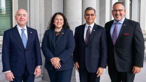 En el primer día del Mes Nacional de la Herencia Hispana, @SecCardona, @SecBecerra, @SecMayorkas y @SBAIsabel conversaron en la Casa Blanca sobre la importancia del liderazgo latino en políticas clave de la administración. | FOTO: The White House