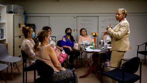 La asistente social Rosa Bramble (derecha), que lidera un grupo de apoyo a trabajadoras hispanos de la Zona Cero tras los atentados del 11/9, conversa con ellas en su consultorio en el distrito neoyorquino de Queens, el 10 de junio de 2021. | Ed JONES/AFP