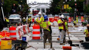 Trabajadores de la construcción reparan una calle cerca de la Casa Blanca en Washington, el 31 de agosto de 2021. | © AFP Olivier Douliery