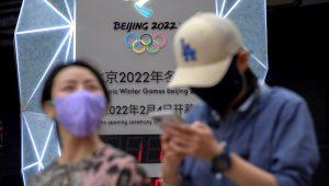 Un grupo de personas con máscaras debido a la pandemia del coronavirus en Beijing el 18 de agosto del 2021. (AP Foto/Mark Schiefelbein)