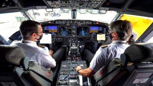 Pilotos en la cabina de un Boeing 737 MAX cerca de Sao Paulo, Brasil, el 9 diciembre de 2020. | AFP Photo