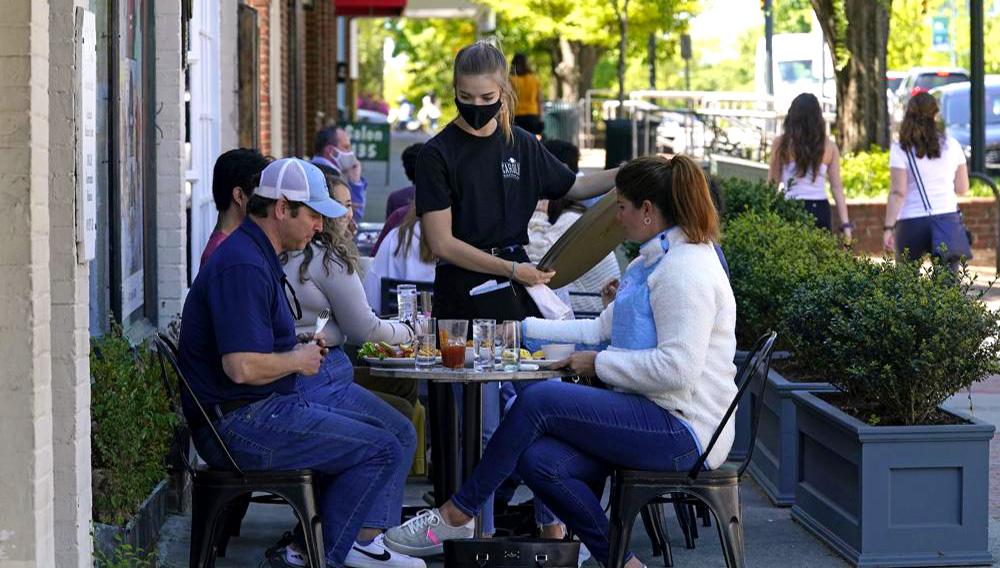 Clientes en un restaurante en la calle Franklin Street en Chapel Hill, Carolina del Norte, el 16 de abril de 2021. (AP Foto/Gerry Broome)