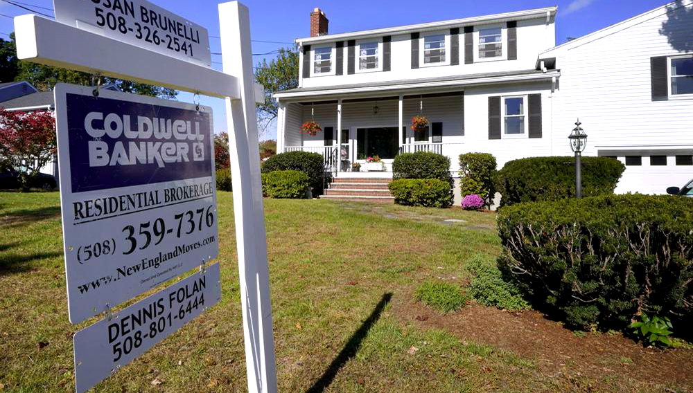 Foto de archivo del 6 de octubre de 2020, de un letrero de una casa de bienes raíces frente a una casa en Norwood, Massachusetts. (AP Foto/Steven Senne)