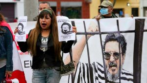 Personas manifiestan frente a la dirección antiterrorista para celebrar la muerte de Abimael Guzmán, fundador y líder del movimiento terrorista Sendero Luminoso, en Lima, Perú, el sábado 11 de septiembre de 2021. AP - Martin Mejia
