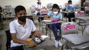 Los estudiantes se sientan con distancia durante la clase presencial en la Escuela Secundaria Técnica Industrial Número 26 de Veracruz, México, el lunes 30 de agosto de 2021, al iniciarse un nuevo año académico durante la pandemia de COVID-19. (AP Foto/Felix Marquez)