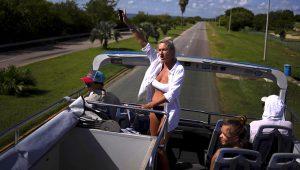Turistas rusos saludan desde un bus turístico durante un recorrido por la ciudad de Varadero, Cuba, el 29 de septiembre de 2021. Las autoridades cubanas han empezado a relajar las restricciones contra el COVID-19 en varias ciudades como La Habana y Varadero. (AP Foto/Ramón Espinosa)