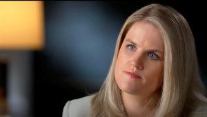 """En esta imagen del 16 de septiembre de 2021 cortesía de CBS, Frances Haugen, exempleada de Facebook, habla con Scott Pelley de CBS para el episodio de """"60 Minutes"""" que fue transmitido el domingo 3 de octubre de 2021. (Robert Fortunato/CBS News/60 Minutes vía AP)"""