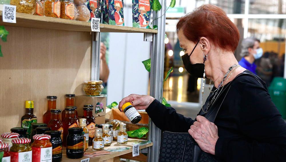 Una mujer observa hoy productos realizados por emprendedores durante la cuarta Feria Interactuar en Medellín (Colombia). EFE/Luis Eduardo Noriega
