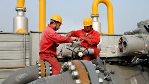 Sinopec employees work on pipelines connecting a Sinopec natural gas facility and Binhai transmission station of China National Petroleum Corporation's (CNPC) Dagang oilfield, in Tianjin, China October 22, 2018.   Reuters