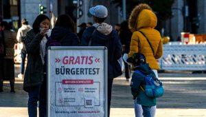 Un cartel anuncia pruebas de antígenos gratuitas para la detección del coronavirus, el 10 de octubre de 2021 en una calle de Berlín. (AFP)