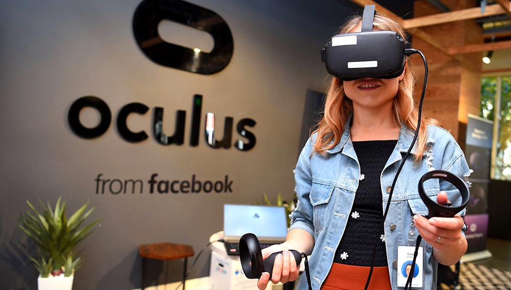 La empleada de Facebook Elza Uzmanoff prueba un dispositivo Oculus en la sede corporativa de la compañía en Menlo Park, California, el 23 de octubre de 2019. | Josh Edelson AFP/Archivos
