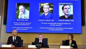 El secretario permanente de la Academia Sueca de Ciencias, Goran K Hansson, en el centro, anuncia el Nobel de Economía de 2021 flanqueado por los miembros de la Academia Sueca de Ciencias Peter Fredriksson, a la izquierda, y Eva Mork, en un conferencia de prensa en la Academia Sueca de Ciencias en Estocolmo, Suecia, el lunes 11 de octubre de 2021. (Claudio Bresciani/TT via AP)